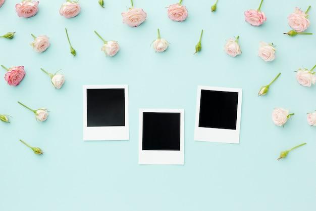 Polaroid photos vierges avec des fleurs