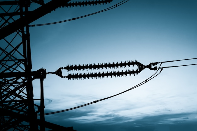 Pôle électrique à haute tension et ciel