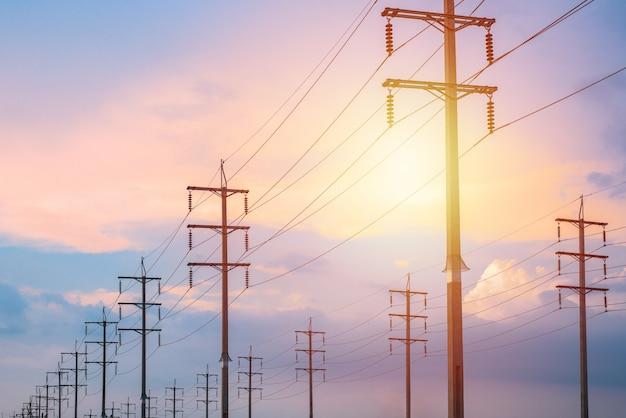 Pôle de transmission haute tension et fond coucher de soleil, envoyé depuis la gare principale