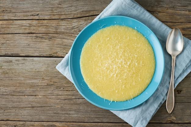 Polenta, porridge au parmesan sur vieux bois foncé