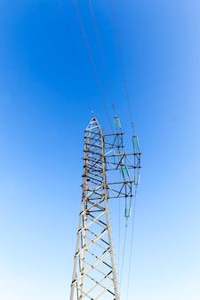 Pôles et fils métalliques conçus pour le transport du courant électrique, la construction métallique est sûre conformément aux réglementations en matière de technologie et de sécurité, pôles haute tension avec fils électriques
