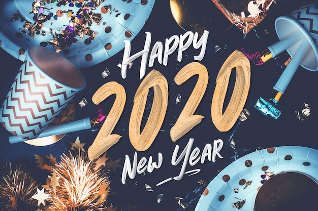 Police de la brosse à main 2020 bonne année sur la table en marbre avec tasse de parti, ventilateur parti, tinsel, confett