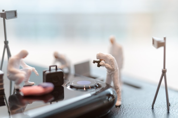 Police et détective travaillent sur smartphone, concept de cyber crimes