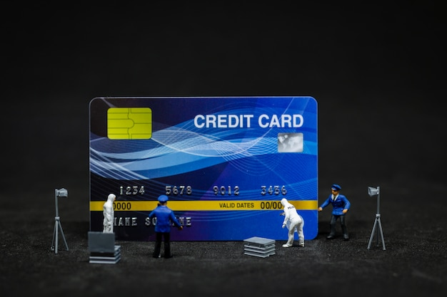 Police et détective trouvant une preuve de carte de crédit