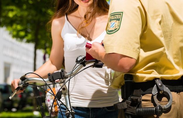 Police - femme à vélo avec un policier