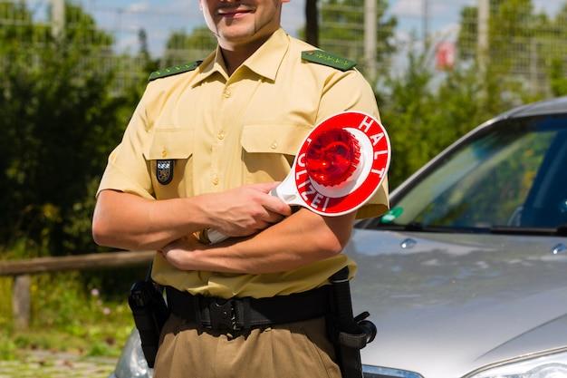 Police, policier ou policier arrêtant une voiture