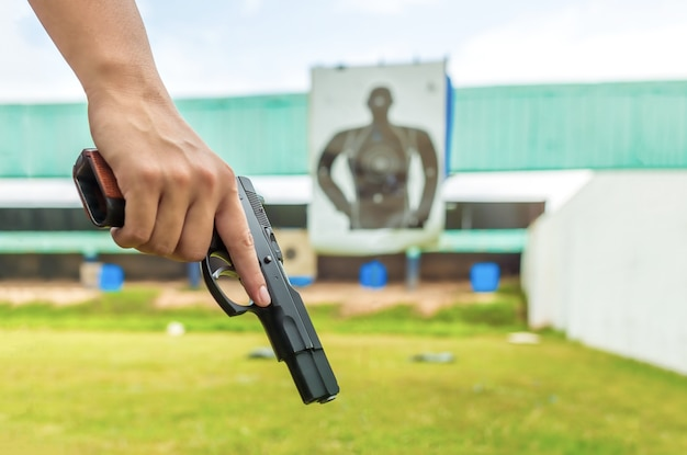 Policier tenant un pistolet d'application de la loi