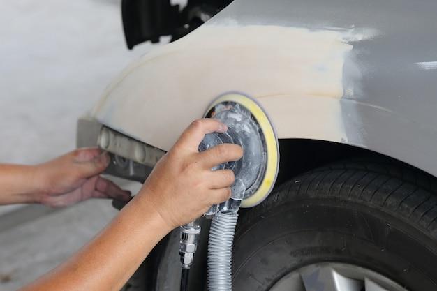 Polissage à la main de la voiture dans le garage