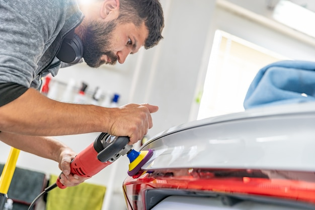 Polissage manuel de la carrosserie des voitures de luxe avec l'application d'un équipement de protection en céramique