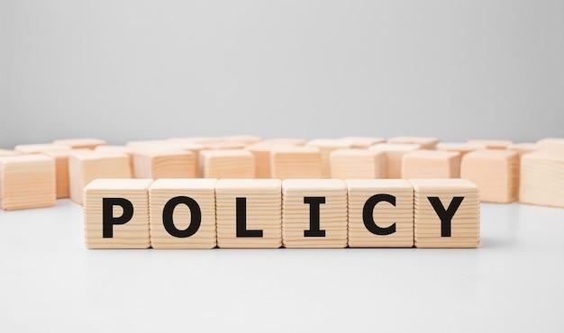 Politique word faite avec des blocs de construction en bois