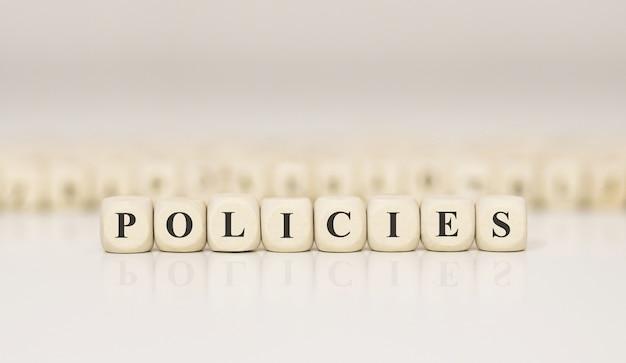 Politiques word faites avec des blocs de construction en bois