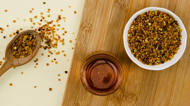 Pollen avec du miel sur le placard