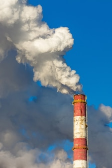 Pollution de l'air, nuages de gaz toxiques provenant d'une usine industrielle, réchauffement climatique