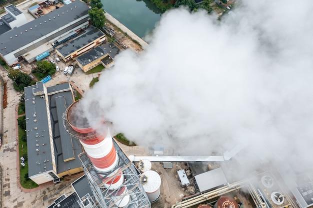 Pollution de l'air par la fumée d'un gros plan de cheminée. zone industrielle de la ville, vue du haut