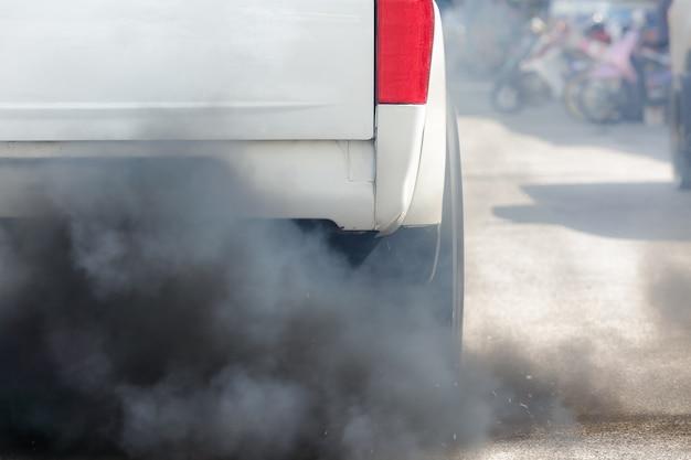 Pollution de l'air par le tuyau d'échappement du véhicule sur la route