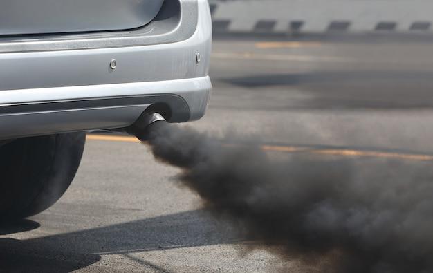 Pollution de l'air par le tuyau d'échappement du véhicule sur la route.