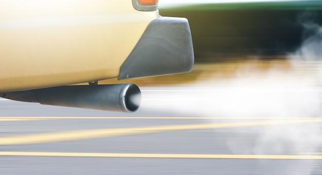 Pollution de l'air des véhicules de l'ancien moteur diesel avec de la fumée de couleur blanche sur la route