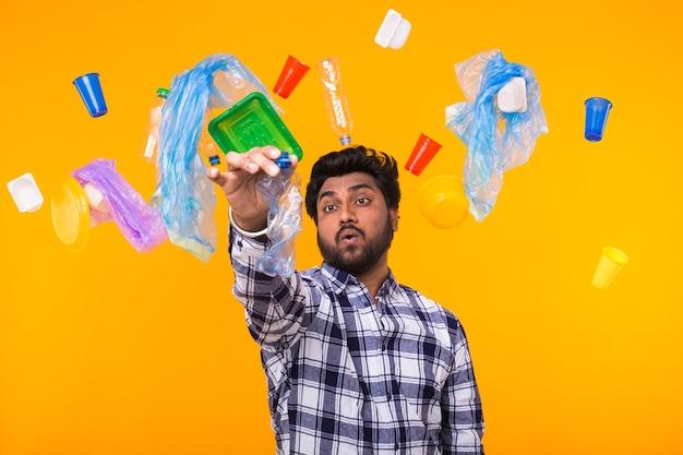 Pollution de l'environnement, problème de recyclage du plastique et concept de problème d'écologie - homme indien confus