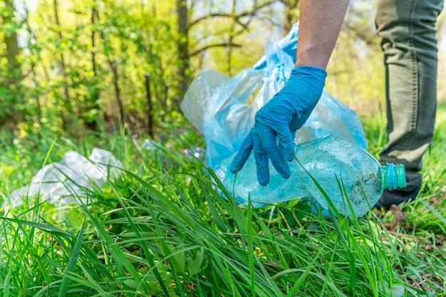 Pollution globale de la planète par les déchets plastiques. des bénévoles aident l'écologie en défrichant les forêts et les prairies en ramassant les déchets