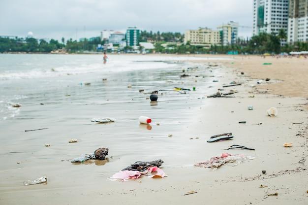 Pollution des plages. bouteilles en plastique et autres déchets sur la plage de la mer