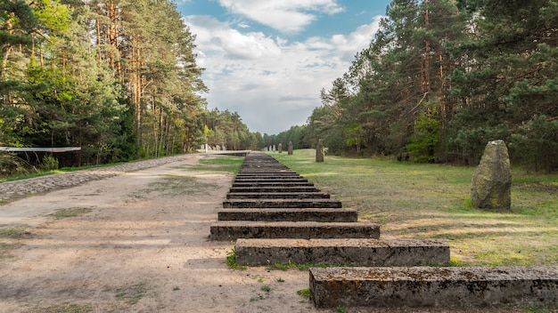 Pologne, treblinka, mai 2019 - monument ferroviaire au camp d'extermination de treblinka