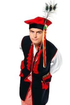 Un polonais dans une tenue traditionnelle sur fond blanc