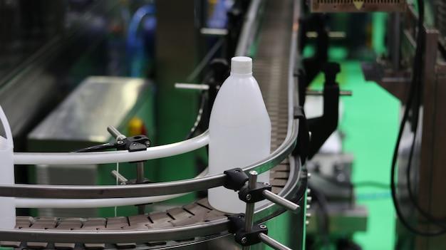 Polyéthylène gallon dans la machine d'étiquetage de convoyeur