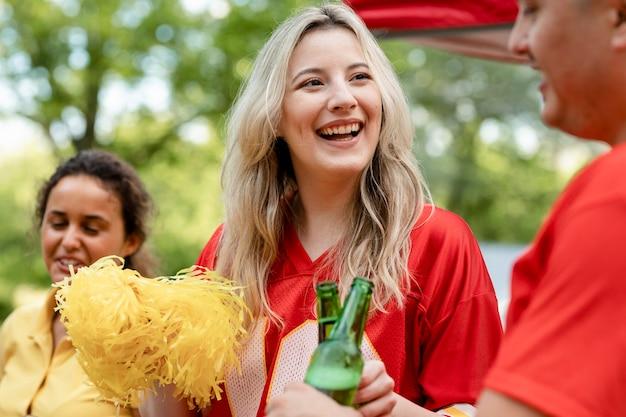Pom-pom girl lors d'une fête de hayon