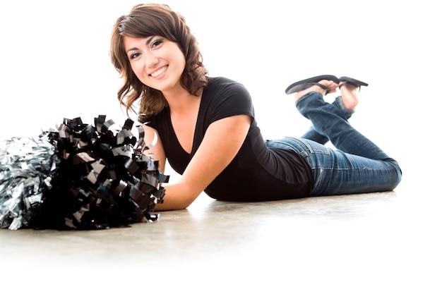 Pom-pom girl saine avec pompons, portrait en studio
