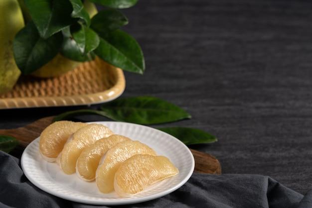 Pomelo frais sur fond d'ardoise noire pour les fruits de la fête de la mi-automne.