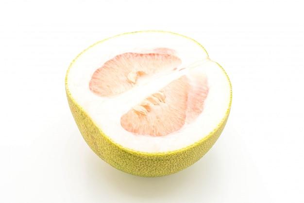 Pomelo frais sur fond blanc