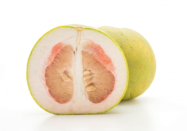 Pomelo frais isolé