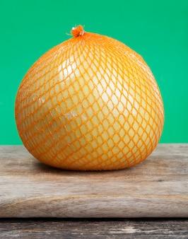 Pomelo jaune sur table