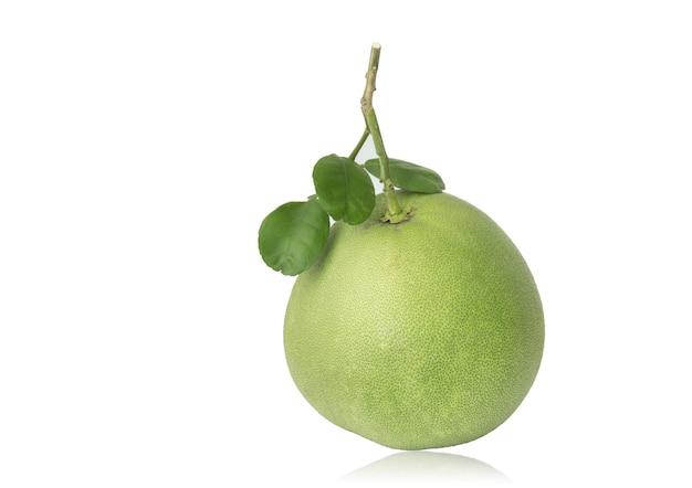 Pomelo vert frais isolé sur fond blanc avec un tracé de détourage.