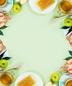 Pomme au miel et grenade sur fond vert menthe concept cadre juif pour cartes copy space