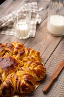Pomme et cannelle étoile pain tressé levure gâteau verre de lait photo de haute qualité