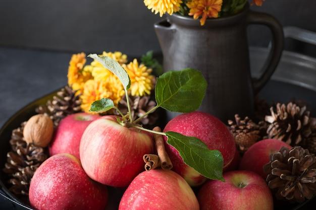 Pomme à la cannelle sur fond noir. automne nature morte. fermer.