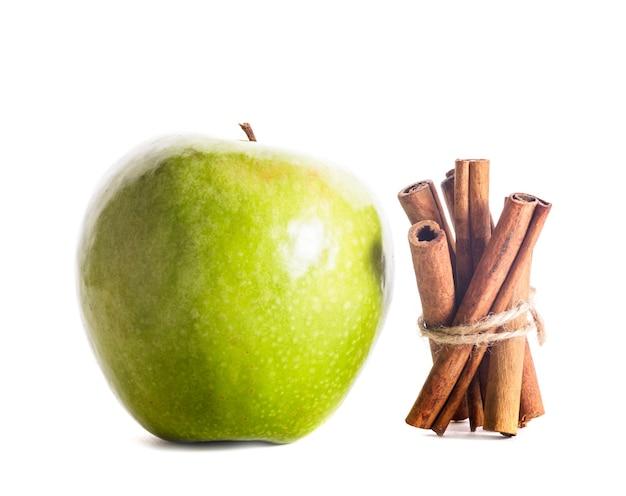 Pomme et cannelle isolé sur fond blanc