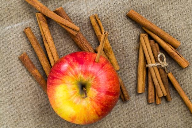 Pomme couchée avec de la cannelle