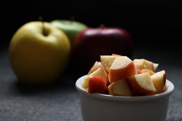 Pomme coupée dans un pot sur la table