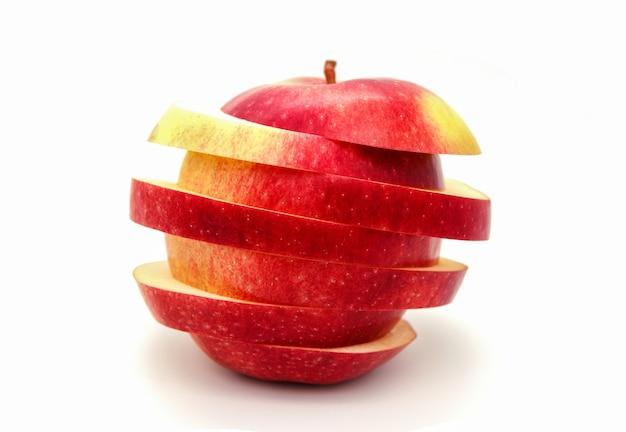 Pomme coupée en tranches sur fond blanc