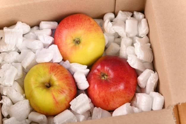 Pomme dans une boîte aux lettres en carton