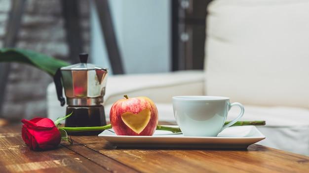 Pomme, découper, forme coeur, sur, table