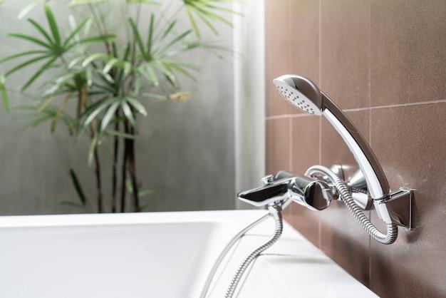 Pomme de douche en gros plan dans la salle de bain