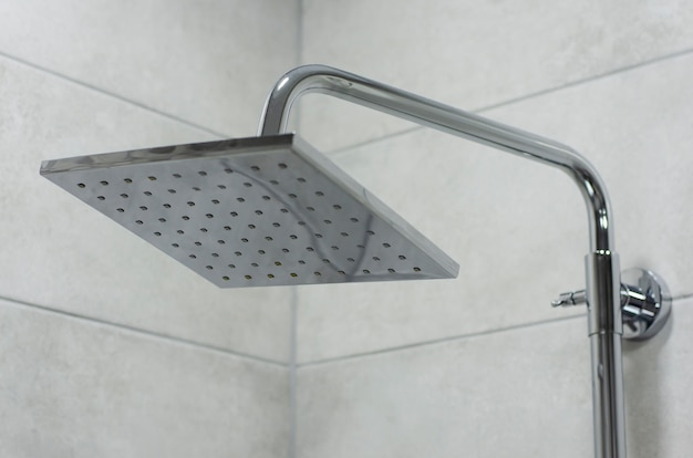 Pomme de douche moderne et élégante en acier inoxydable