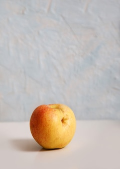 La pomme drôle se trouve sur blanc