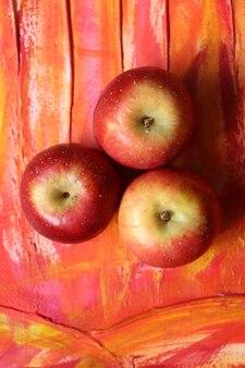 Pomme entière sur un cadre rouge