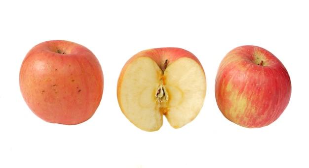 Pomme fuji isolé sur fond blanc