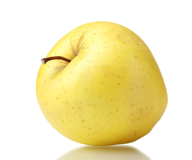Pomme jaune mûre sur blanc