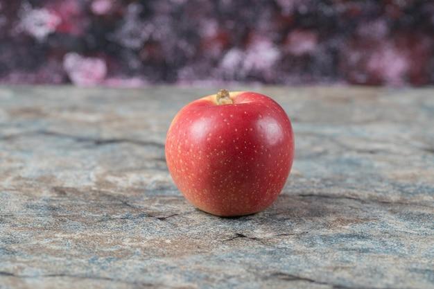 Pomme juteuse isolée sur marbre de béton.